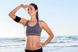 sportig ung kvinna på stranden foto