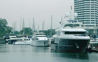 moderna lyxbåtar vid marinan foto