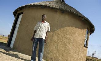 stolt afrikan utanför sitt hem
