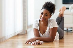 vackra afroamerikanska kvinnastående - svarta människor foto