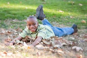 bedårande ung afroamerikansk pojke i parken foto