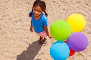 flicka med ballonger foto