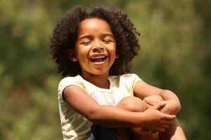 skrattar afroamerikanska barn foto
