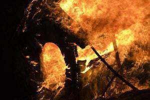 brinnande trä foto
