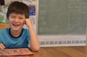 leende asiatisk pojke foto