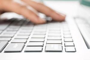 närbild dator maskinskrivning foto