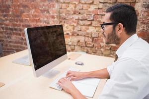 affärsman som använder datorn vid skrivbordet foto