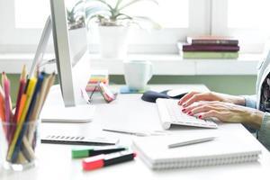 kvinna som arbetar vid datorn foto