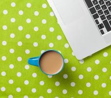 kopp kaffe och bärbar dator foto