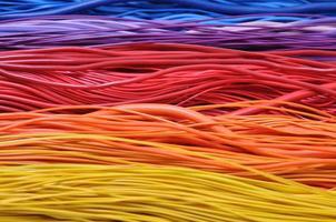 flerfärgade ledningar i datornätverk foto