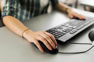 närbild av en kvinna som använder datorn foto