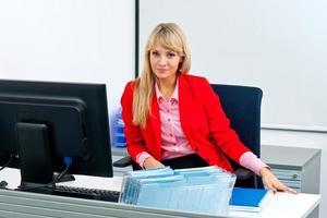attraktiv affärskvinna i office med datorn foto