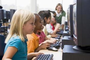 dagisbarn som lär sig att använda datorer foto