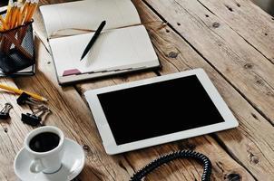 vit tablet PC på kontorsbord närbild foto