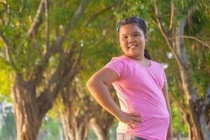 stående asiatisk tjej foto