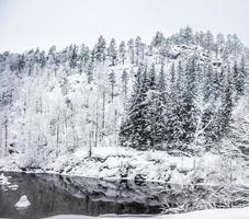 hus i bergen på vintern foto