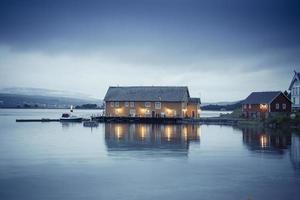 Lofoten norge hus vid havet 5 foto