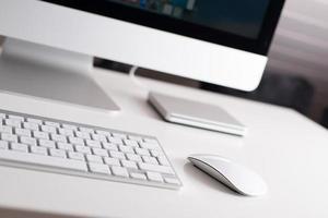 stationär skärm, tangentbord och mus foto