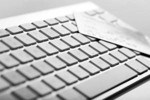 kreditkort på ett datortangentbord foto
