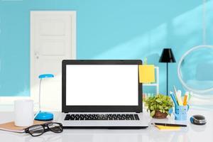bärbar dator på skrivbord inomhusutrymme foto