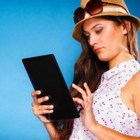 tjej som använder tablet-dator e-bokläsare. foto