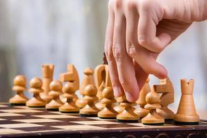 hand av schackspelare med bonde foto