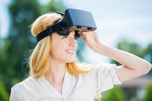 kvinna i park med huvudmonterad skärm foto