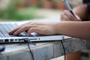 grafisk designer som använder digital surfplatta och dator hemma offic foto