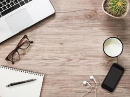 bärbar dator, anteckningsbok, smartphone och på träbakgrund foto