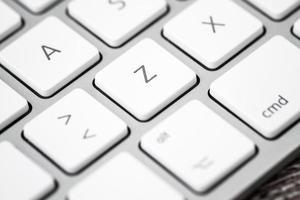 närbild av ett vitt, grått datortangentbord foto