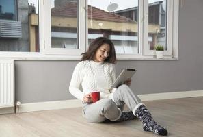 ung kvinna med pekskärm tablet PC foto