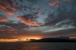 dramatisk solnedgång från maui, hawaii. foto