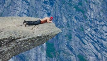 berömda norska stenvandringsplats - trolltunga, trolltunga, norge