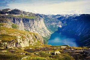 vackra norska sommarpanorama bergslandskap nära trolltunga, norge
