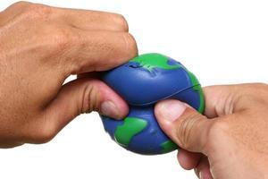 händer som pressar jorden foto