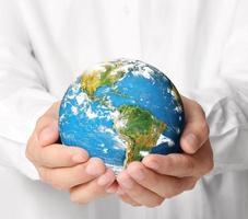 världen, jorden i handen foto