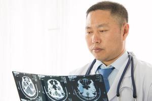 asiatisk manlig läkare foto