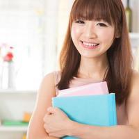 asiatisk tjej med läroböcker foto
