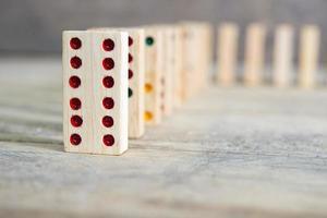 trä domino spel foto