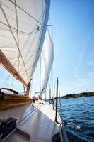 seglar på segelbåt