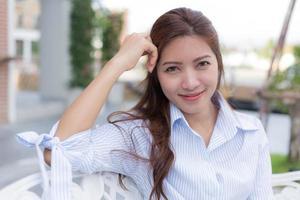 vacker asiatisk kvinnastående foto