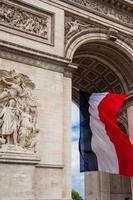 detalj av triumfbågen med nationella flagga france, paris, france foto