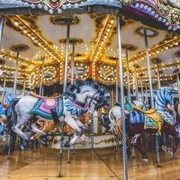 gammal fransk karusell i en semesterpark. foto