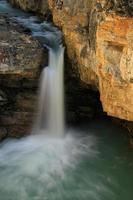 watefall i skönhet creek canyon, jaspis nationalpark i alberta