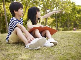 två vackra asiatiska barn foto