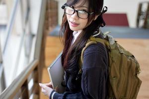 asiatisk tjej i uniform foto