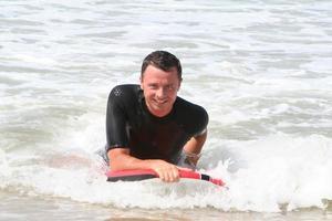 man surfing våg foto