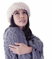 ung asiatisk kvinna som fryser foto