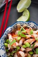 hälsosam sallad i asiatisk stil foto