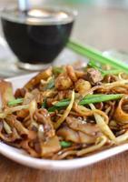 stekt asiatiska nudlar (horfun) foto